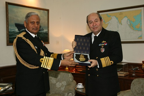 The Chief of Naval Staff, Admiral Nirmal Verma presenting memento to the Commander of Turkish Naval Forces, Admiral Ugur Yigit, in New Delhi on December 15, 2009.